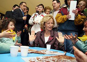 Elena Salgado en un acto con niños (Foto: El Mundo)