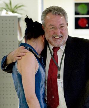 Bernat Soria abraza a una de sus compañeras del CABIMER en Sevilla durante su despedida. (Foto: Julio Muñoz | EFE)