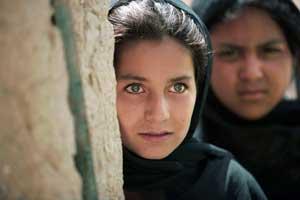 Una niña afgana apostada en la puerta de su casa en Kandahar. (Foto: Nicolas Asfouri   AFP)