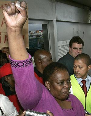 Madlala alza el puño a su llegada a Ciudad del Cabo, tras conocer la noticia. (Foto: Reuters)