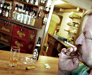 Un cliente fuma en un pub danés (Foto: EFE | Claus Fisker)