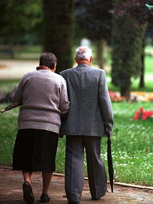 Una pareja de ancianos pasea por un parque. (Foto: El Mundo)