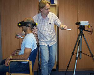 Uno científico realizando una de las pruebas de este estudio. (Foto: Henrik Ehrsson | Science)