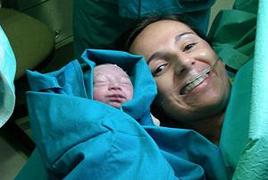 María y su madre (Fotos: Hospital Virgen del Rocío)