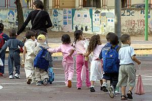 Un grupo de escolares entra al colegio. (Foto: EFE)