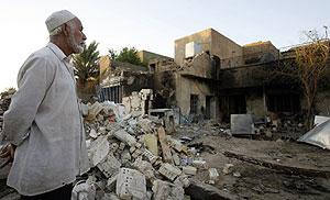Un hombre contempla la escena tras un ataque con coche bomba en Bagdad. (Reuters)
