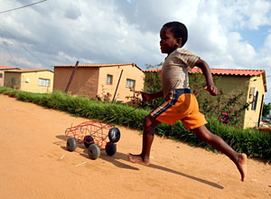 Un niño juega en Soweto, Sudáfrica. (Foto: Jon Hrusa   EFE)