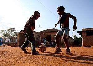 Unos niños juegan al fútbol en Soweto (Sudáfrica). (Foto: EFE)