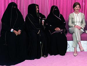 Laura Bush posa con varias supervivientes de cáncer de mama en Abu Dabi (Foto: AFP   Karim Sahib)