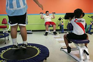 Niños portorriqueños con sobrepeso hacen ejercicio. (Foto Brennan Linsley | AP