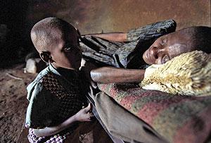 Una mujer con VIH junto a su hijo en Kenia. (Foto: AFP)