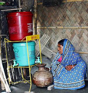 Una mujer filtra el agua para evitar la contaminación por arsénico en Bangladesh. (Foto: Suharto T. Hoque | AFP)