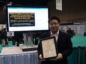Chengbo Wang muestra el galardón concedido por su estudio. (Foto: M.S.)