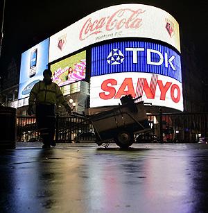 Un trabajador del turno de noche en Piccadilly Circus, Londres (Foto: AP | Akira Suemori)
