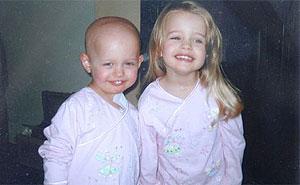 Olivia (izqda) junto a su hermana Isabella, en una foto familiar. (Foto: Leukaemia Research)