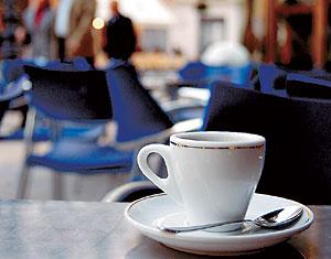 Taza de café sobre la mesa de un establecimiento. (Foto: EL MUNDO)