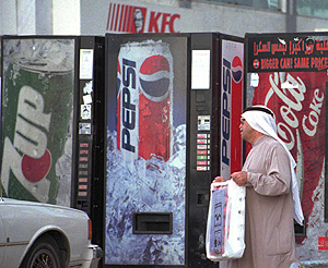 Un kuwaití pasa delante de unas máquinas de refrescos (Foto: AP   Gustavo Ferrari)