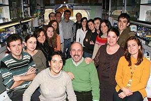 Esteban, en el centro, con su equipo. (Foto: CSIC)