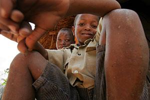 Evans Mahlangu (izqda.) está infectado por el VIH. En la imagen, con su hermano. (Foto: AFP)