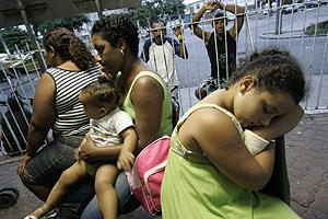 Varias personas esperan en una zona para enfermos de dengue de un hospital de Río. (Foto: AP)