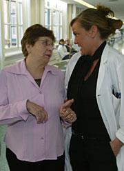 Gilo (izqda.) con uno de los médicos que participó en la operación. (Foto: D. Umbert)