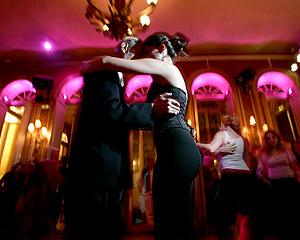 Una pareja baila tangos en Madrid (Foto: Ricardo Cases)