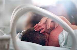 Bebe prematuro en el Hospital de La Paz. (Foto: Kike Para)