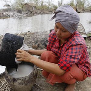 Una superviviente de Yangon prepara la comida para su familia. (Reuters)