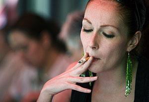 Una mujer fumando en un restaurante. (Foto: Alexandre Meneghini | AP)