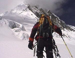 Un alpinista, ascendiendo hacia la cumbre del Manaslu. (Foto: ETB)