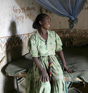 Una vecina de Maleke, beneficiada por el reparto de mosquiteras. (EFE)
