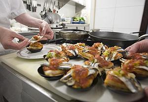 Dos cocineros participan en la semana del pincho de Álava (Foto: EFE | David Aguilar)
