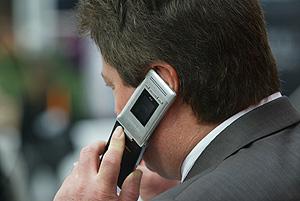 Un hombre habla por su teléfono móvil. (Foto: EL MUNDO)