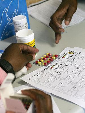 Un paciente recibe instrucciones sobre cómo debe tomar los fármacos. (AFP)