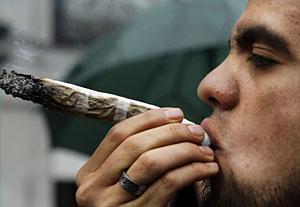 Un joven fuma un porro durante una manifestación en Madrid por la legalización del cannabis. (Foto: Susana Vera | Reuters)