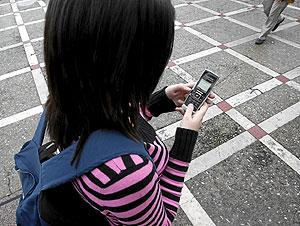 Una estudiante envía un SMS. (Foto: Pablo Requejo)