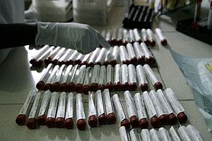 Un trabajador organiza unas muestras tomadas para la prueba del sida. (Reuters)
