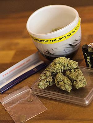 'Sustituto al tabaco, sin nicotina'. Así reza la etiqueta de una taza con marihuana en un café holandés. (Foto: Reuters).