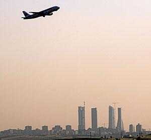 Un avión toma altura desde el aeropuerto de Barajas, Madrid. (Foto: Alberto Di Lolli)