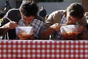 Concurso de comedores de espagueti en Sydney (Australia). (Foto: Daniel Muñoz | REUTERS)