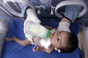 Una enfermera alimenta a un bebé prematuro en un hospital de Egipto. (Foto: Nasser Nuri   Reuters)