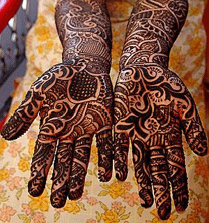Una mujer muestra sus manos cubiertas de henna. (Foto: Stringer | EFE)