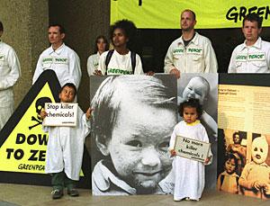 Activistas de Greenpeace con fotos de niños víctimas de la dioxina. (Foto: AP | Donald Stampfli)