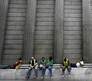 Varios trabajadores de la construcción descansan en Londres (Foto: Reutesr | A. Winning)