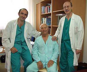 Joaquín Carro, en el centro, junto con los cardiólogos Luis Calvo (dcha) y Raúl Moreno (Foto: H. La Paz)