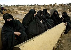 Familiares de un fallecido durante la Segunda Guerra del Golfo. (Foto: Jerome Delay | AP)