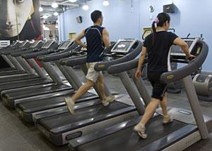 Dos personas corren en un gimnasio pekinés. (Foto: Alexander F. Yuan | AP)