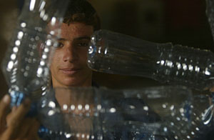 Trabajador de una fábrica de botellas en Irak. (Foto: Mohammed Sawaf | AFP)