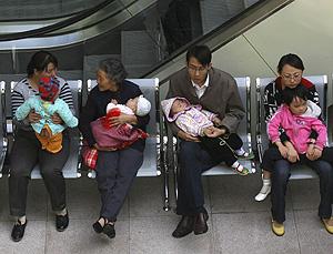 Varias familias esperan a que examinen a sus hijos en el hospital de Lanzhou (Foto: Reuters   Stringer)
