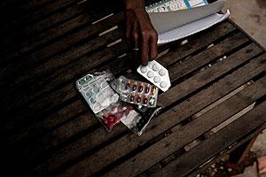 Una ex prostituta muestra las pastillas que toma para el sida. (Foto: AFP)